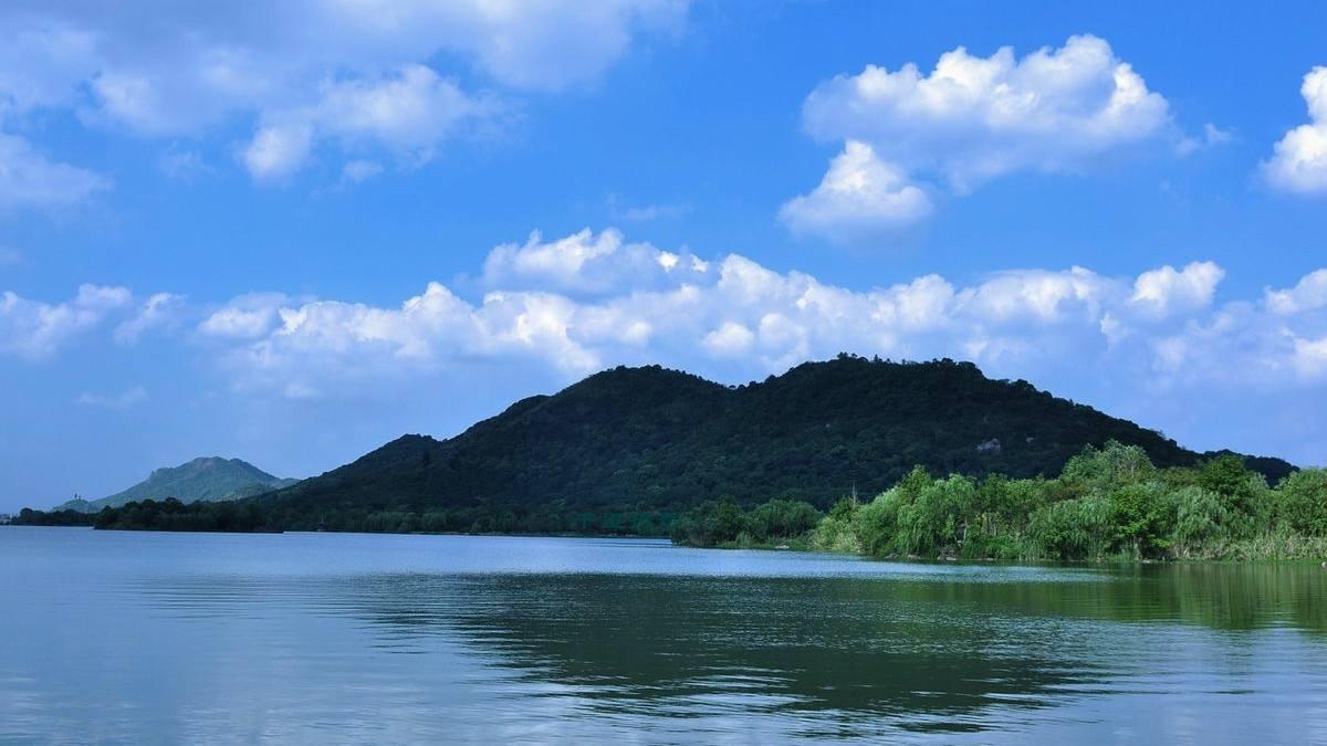 浙江一个旅游湖泊,与西湖、钱塘江构成杭州旅游风景的金三角