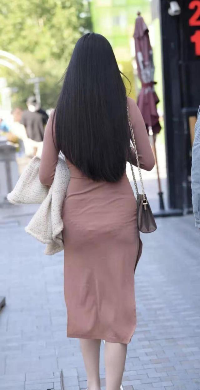 中高领紧身长袖连衣裙,修身显瘦,自带浪漫优雅的都市女性气质