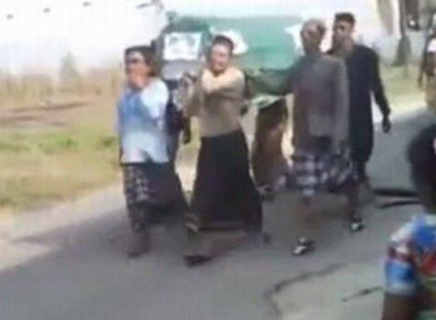 印尼老人的葬礼仪式,尸体从棺材掉出,路人皆指责男子不孝不义!