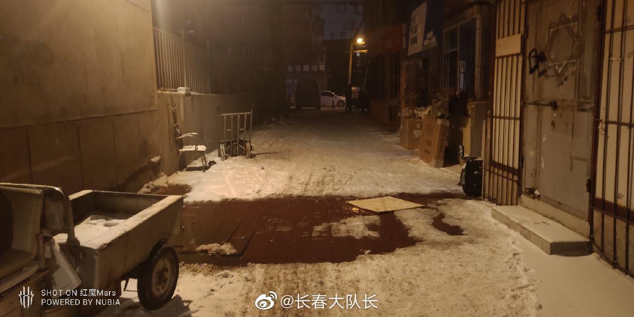 网友@铭哲333 投稿:红旗街东二胡同这里,一直在冒水,好多天了