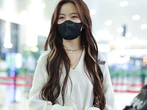 陈卓璇一头挑染卷个性时髦 穿白色毛衫对镜比心超甜美