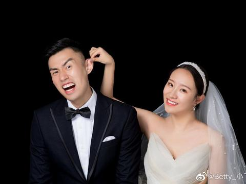 中国男排国手晒婚纱照!与妻子甜蜜拥吻,被揪耳朵抬下巴表情夸张