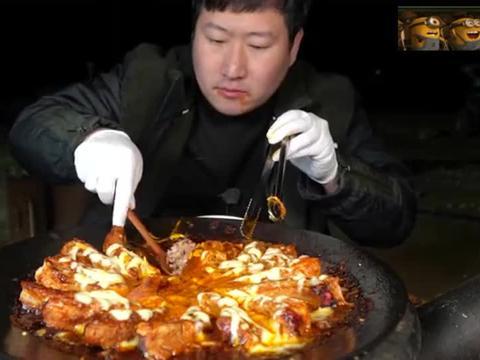一整锅的奶酪辣排骨,拉丝包裹着排骨,好辣好好吃!