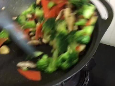 西兰花香菇这样做,我家一周至少吃三次,特别适合老人和孩子