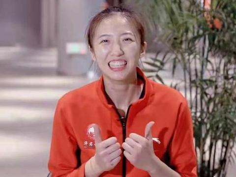 中国女排丁霞现状:与央视康辉一起录节目,比身边人都高一头!