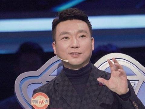 央视主持人康辉,48岁无子坚持丁克生活,含泪直言愧对亡母
