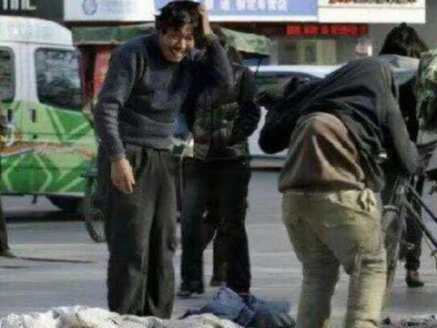 男子街头为死去的亲人乞讨棺材钱,接下来发生的一幕让人无从接受