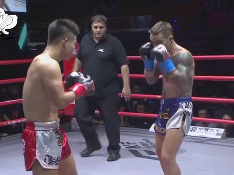 催肋大师遭纹身外将疯狂挑衅,连续暴揍对手2分钟,3次读秒KO