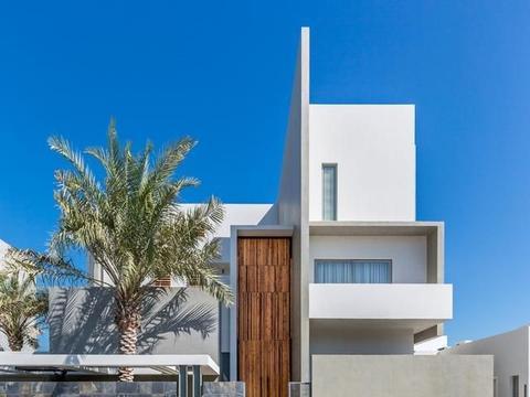 现代简约别墅,带有小庭院的舒适住宅