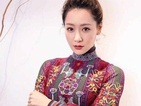 被白冰的美迷住了,穿中国风刺绣连衣裙配丸子头,34岁气质惊艳