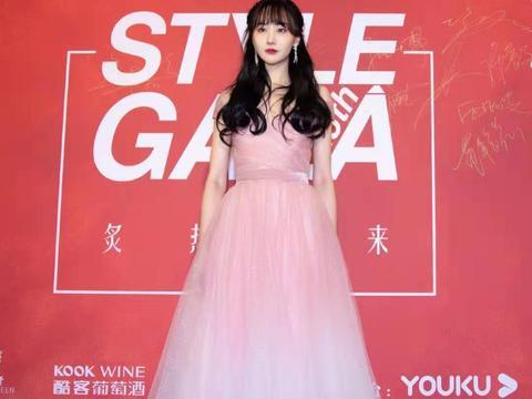 郑爽亮相活动,穿一身粉色薄纱裙,温柔甜美公主范十足!