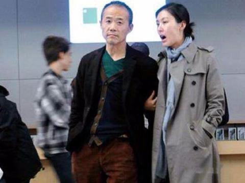 王石携妻走机场,69岁穿棒球服很潮啊,田朴珺跟他后面追着走