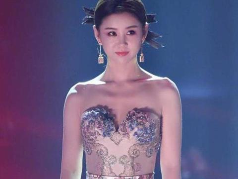 李小萌气质绝佳,穿刺绣抹胸连衣裙优雅迷人,个子小气场却强大