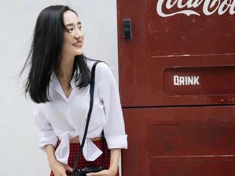 王智美得有特点,衬衫系个结配红裙文艺复古,长发飘飘像初恋校花