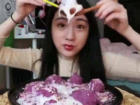 干饭了,小虫虫做牛奶紫薯芋泥丸子,看她吃你不馋么