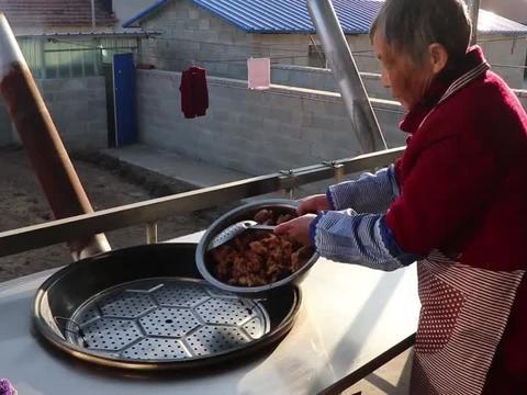 女朋友家人来吃饭怎样招待?姥姥做大锅菜和鱼锅贴饼子,吃着真香