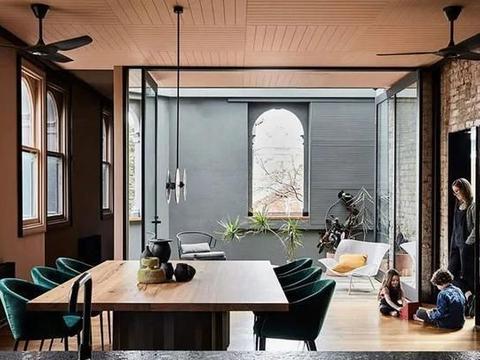 黑色系、金属质感、旧砖砌:澳大利亚多层面的和谐空间豪宅