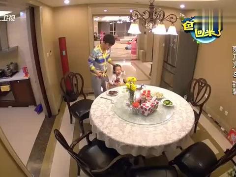 爸爸回来了:李小鹏还没做完饭,甜馨就一口接一口,快吃饱了!