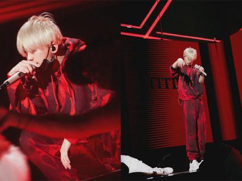 蔡徐坤晚会现场彩排,金发加红色套装大变样,将排名第一出场?