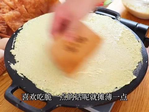 杂粮煎饼果子:学会面糊和酱料配方,咸香有嚼劲,在家做简单方便