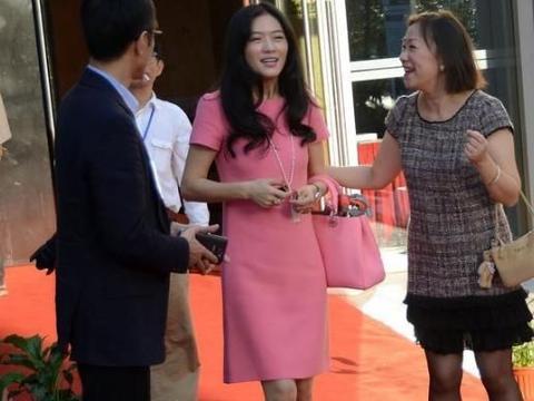 田海蓉穿粉色直筒裙,有一些不搭,皱纹说明她不再适合粉色