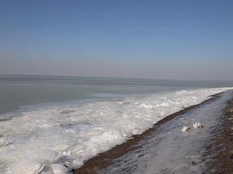 洪泽湖出现大面积冰冻 市民:四五十年没见过了