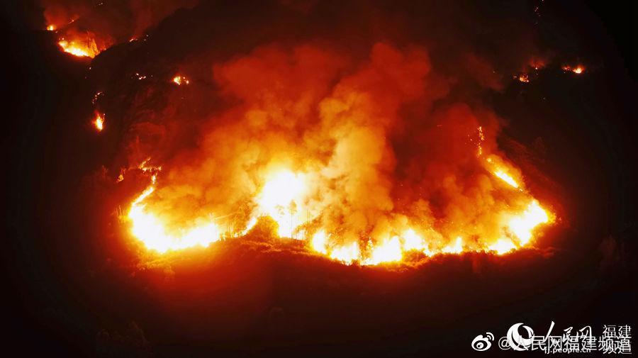 龙岩东宝山发生火灾 百余森林消防指战员鏖战4小时灭火
