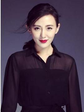 公公是张丰毅,婆婆是吕丽萍,出道五年不温不火,被靳东意外带红