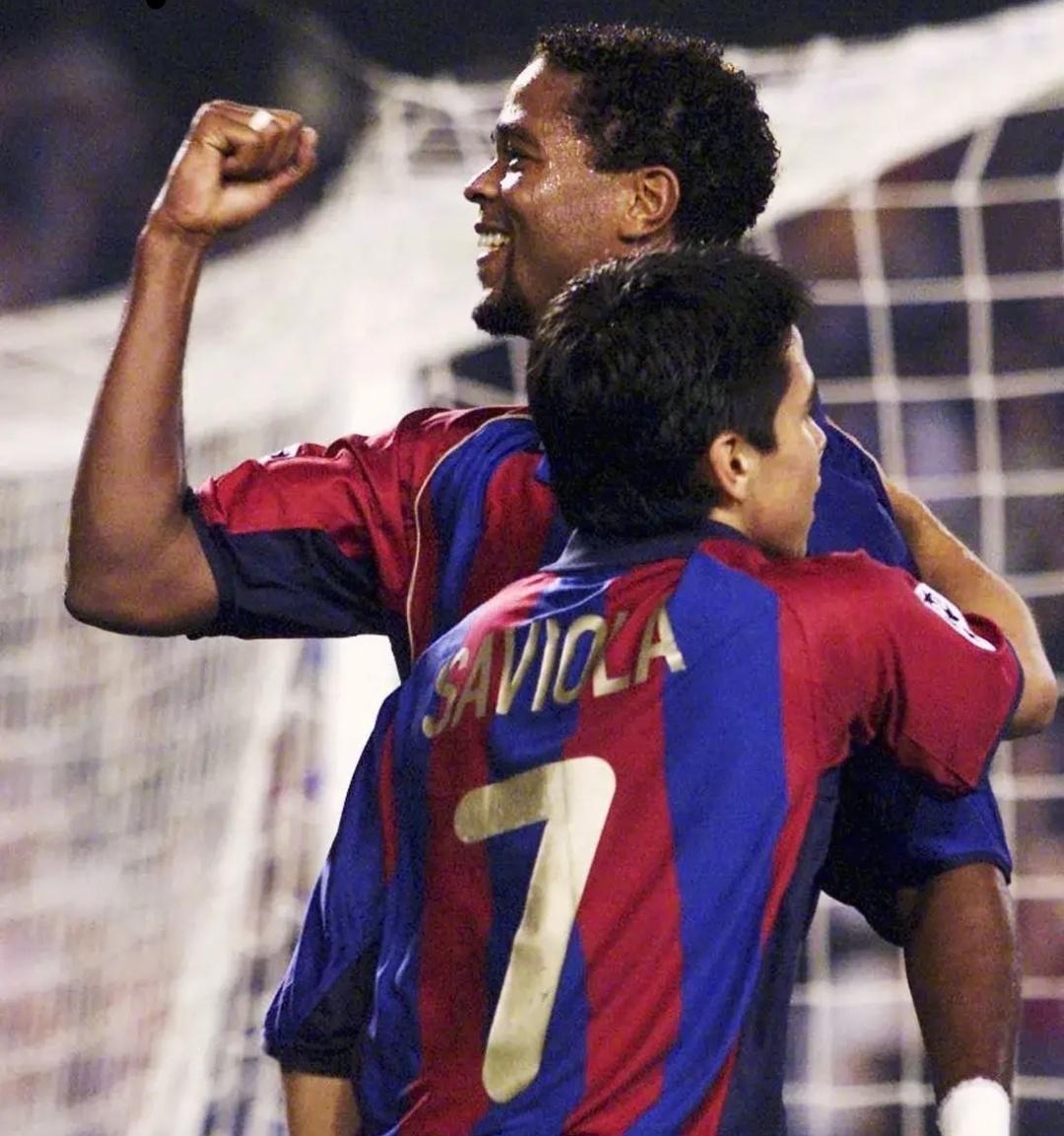 2001年夏天,世青赛大红大紫的萨维奥拉加盟巴塞罗那……