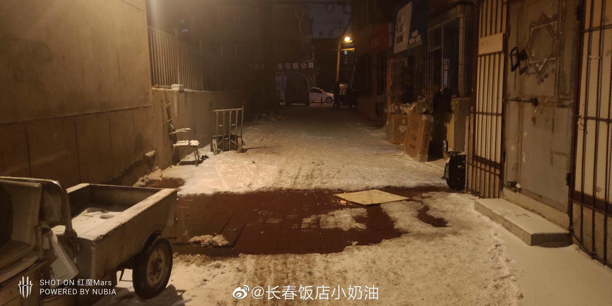 网友投稿:红旗街东二胡同这里,一直在冒水,好多天了……