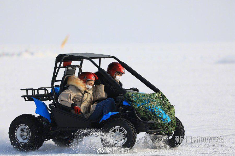 进入冬季,博斯腾湖就完全开启了冰上走的模式……