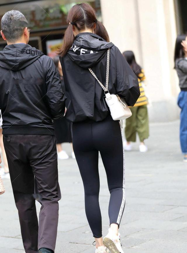 黑色冲锋衣搭配深色系运动裤,酷飒利落且休闲