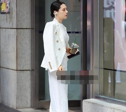 白衣演绎职场女神范儿,霸气十足