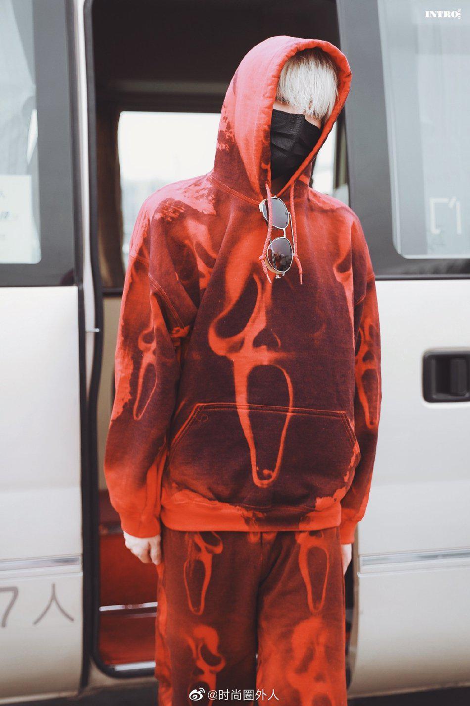身穿红丝绒套装现身机场,口罩遮面防护意识很好……