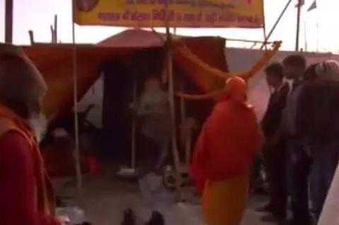 印度苦行僧单腿站立,十年间从未躺下,拜访者需抚摸他的脚