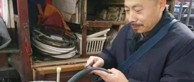 中国书协会员街头修车,字画卖1元2幅,称超越齐白石