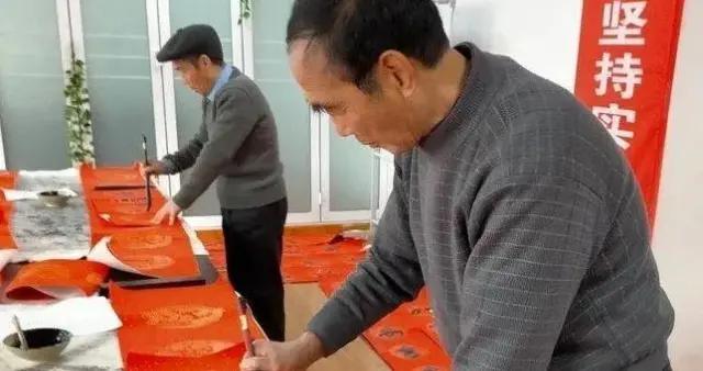 大荔县镰山书画院:义写春联献爱心 墨香四溢迎新春