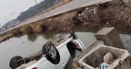 萍乡:小车翻入鱼塘,司机眼看要不行了,他飞身一跃跳入水中