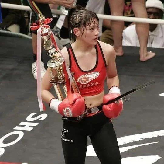 90后萝莉拳王极速KO对手,真正的巾帼不让须眉
