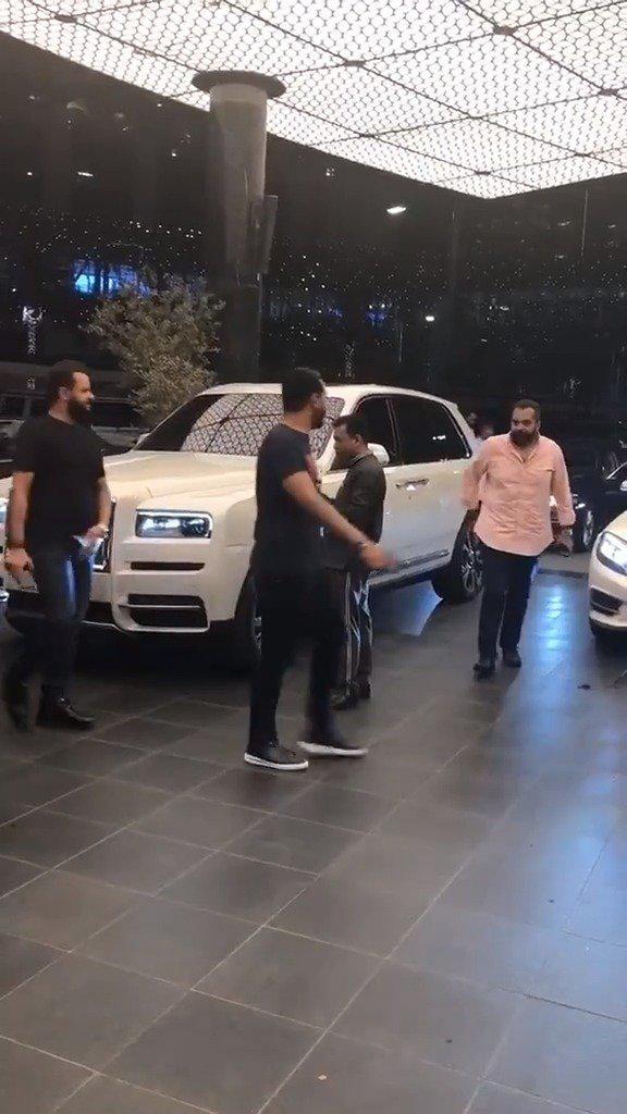 迪拜土豪开着最贵的SUV库里南来酒店谈上亿的生意……