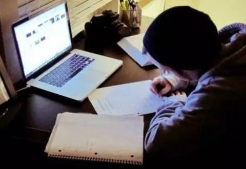 初中阶段,学生熬夜努力学习并不可取,掌握好学习方法更重要