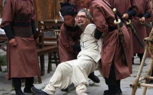 太子朱标落水,侍卫争相救人朱元璋看到他们衣服鞋子后:都处死