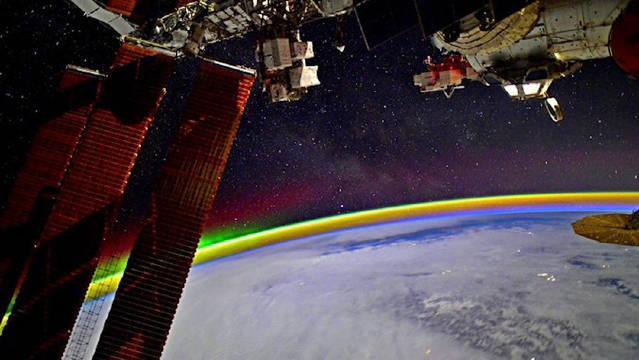 美翻了!俄罗斯宇航员太空拍下北极光 大气层闪光包围了整个地球