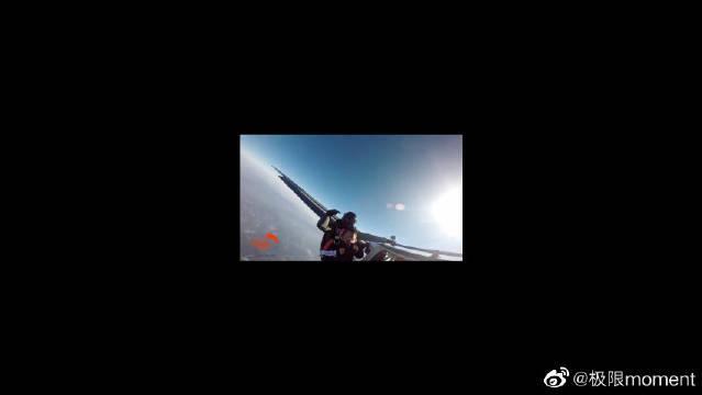 极限运动跳伞,小朋友在线示范什么叫淡定,你还淡定吗?