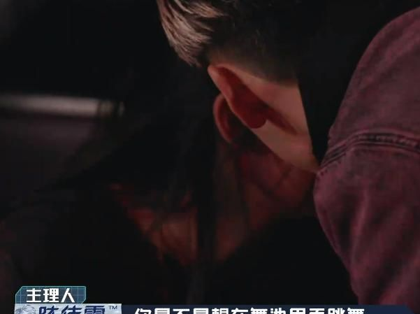 欧阳娜娜在夜店蹦迪,陈伟霆凑近身子咬耳朵,说6字让她耳尖爆红