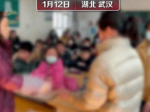 武汉一小学老师因用戒尺打学生手心而被停课,是对还是错?
