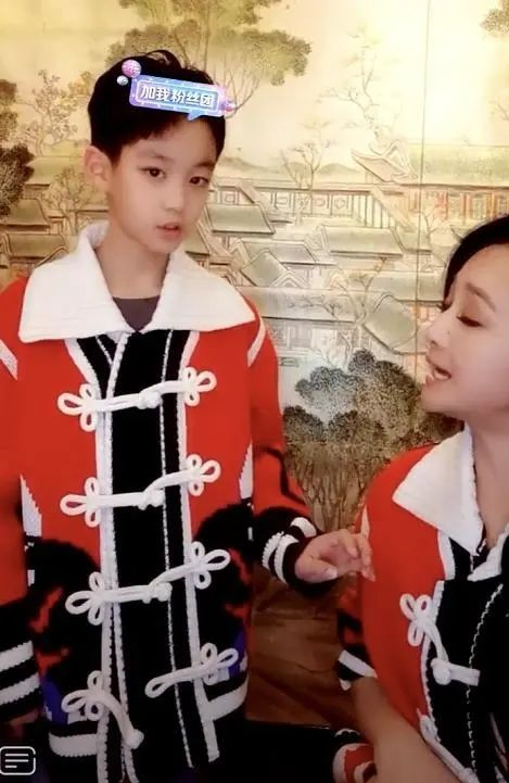 曹颖儿子10岁啦,一家三口幸福美满,母子嘴对嘴亲吻毫不避讳
