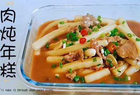 古月用肉片搭配年糕做美食,软糯入味解馋,汤浓味美没够吃