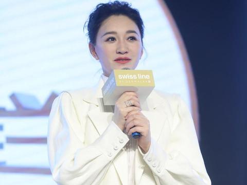 李小冉中年发福,一袭白衣优雅时尚又减龄,面颊圆润贵妇感十足