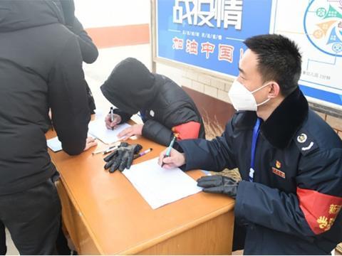 """新河税务党员志愿者:守好防疫""""主阵地"""" 当好群众""""贴心人"""""""
